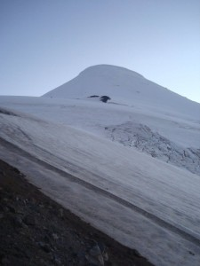 A mancha preta no fundo no meio do glaciar é a Ilha de Pedra (o caminho segue pela esquerda dela)