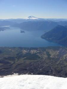 O lago Todos los Santos e o Cerro Tronador vistos do cume do Osorno